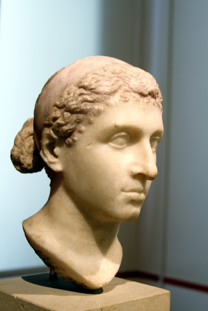 Bust_of_Cleopatra_VII_-_Altes_Museum_-_Berlin_-_Germany_2017_(2)